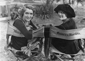 "Mary Pickford und Frances Marion am Set von ""The Love Light"" (© Mary Pickford Foundation)"
